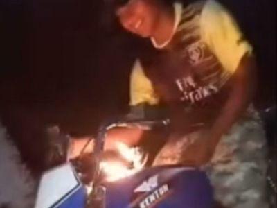 Desafío mortal: motocas le prenden fuego a su tanque y hacen carreras clandé
