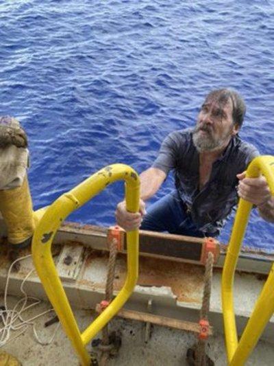 Rescatan a un hombre que estuvo desaparecido un día en alta mar y lo encontraron aferrado al último pedazo de su bote