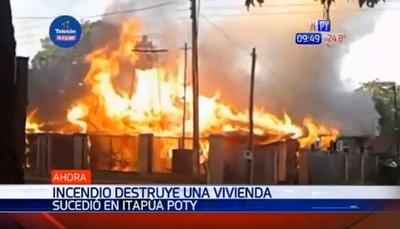 Incendio consume totalmente una vivienda en Itapúa Poty