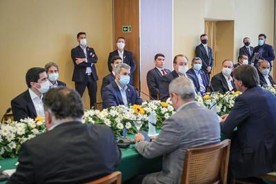 Presidentes Abdo y Bolsonaro celebran reunión ampliada en encuentro de Foz de Yguazú