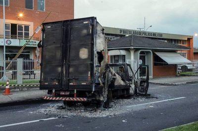 Toma de rehenes, bloqueo de calles, incendios y disparos: el escenario de un violento asalto a un banco de Brasil