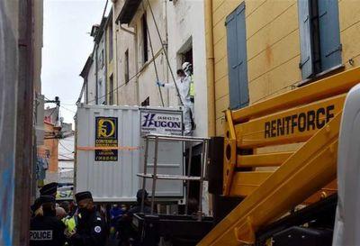 Hombre de 300 kilos fue evacuado con una grúa en Francia