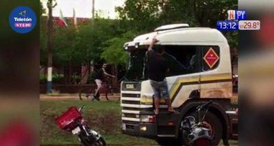 Motociclista rompe vidrios a camionero