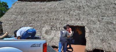 Alumnos de derecho de la UNA de Pedro Juan  entregan donaciones en comunidad indigena