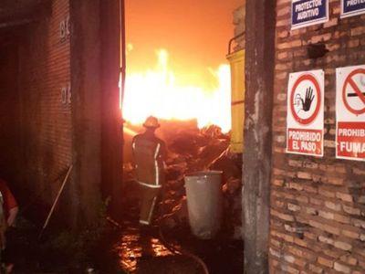 Feroz incendio en una carbonería de Areguá