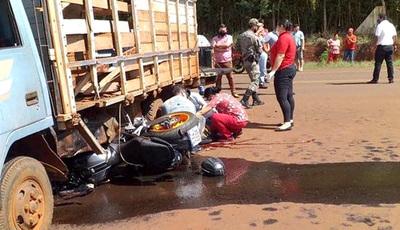 Motociclista muere tras chocar contra la parte lateral de camión