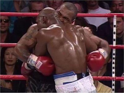 Holyfield reta a Tyson: firma el contrato y sube al cuadrilátero