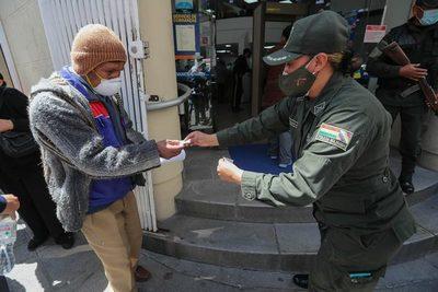 El pago de un bono por la pandemia provoca filas y expectativa en Bolivia