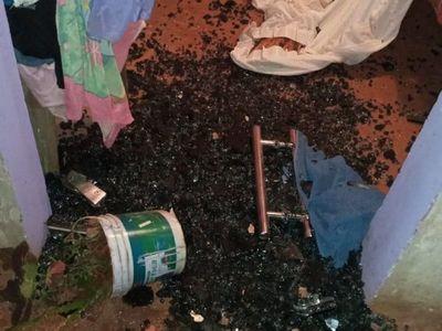 Con pala destruyó la casa y quemó la moto de su concu