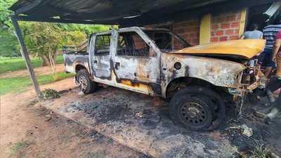 Vivienda se incendia con vehículo adentro