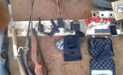 Armas y camioneta incautada tras allanamiento por robo de camión