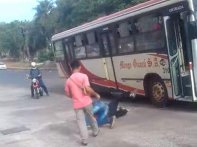 Chofer y pasajero a las trompadas en plena calle