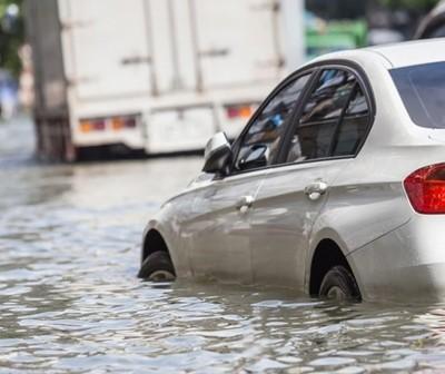 Quedó a atrapada dentro de su vehículo durante el temporal