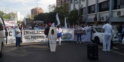 """HOY / Ante nula respuesta, gremio de Clínicas no descarta """"secuestrar o quemar"""" sede de Salud Pública"""