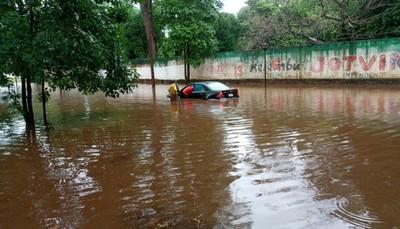Avenidas inundadas y vehículos atascados en Ciudad del Este tras temporal