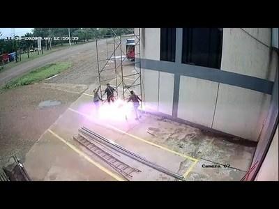 OBREROS SUFREN DESCARGA ELÉCTRICA EN UNA DISTRIBUIDORA DE OBLIGADO