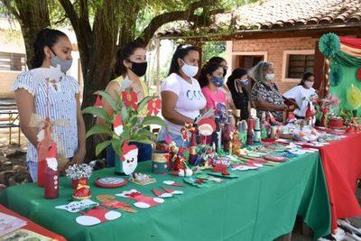 Exponen arreglos navideños hechos con materiales reciclados
