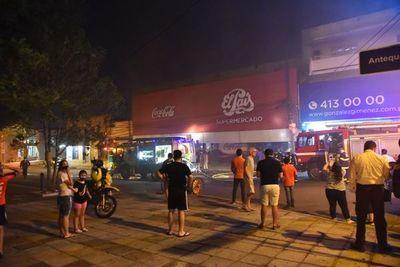 Bomberos controlan incendio en supermercado céntrico