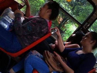 Covid sobre ruedas: Viajan en buses sin usar  tapabocas