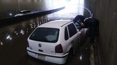 Bloquean el Superviaducto porque, una vez más, se inundó