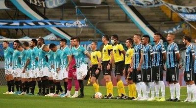 Insólito: Grêmio y Guaraní saltaron a la cancha con indumentarias similares