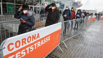 Austria inicia testeos masivos para evitar una cuarentena total