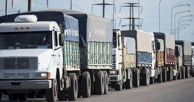 La Nación / Más de 600 camiones varados en Salto del Guairá por baja de río