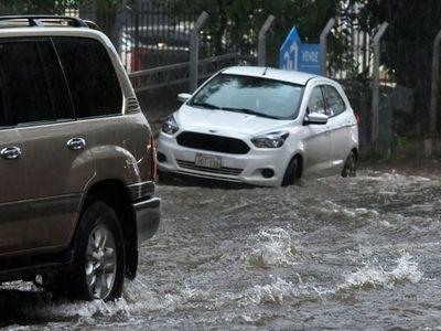 Tras el  temporal muchos vehículos quedaron atrapados en los raudales
