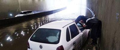 """Aguas toman el """"superviaducto"""""""