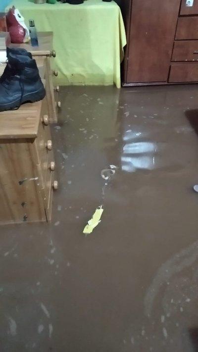 Crónica / Todo un barrio se inundó con raudal