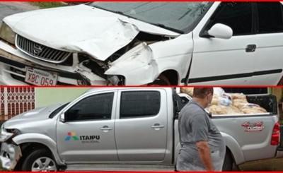 Daños materiales y una mujer lesionada en choque frontal de vehículos