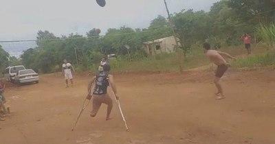 La Nación / No se dejó vencer: a pesar de haber perdido una pierna, juega piki vóley en muletas para ayudar a su familia