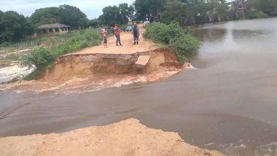 Laguna de Limpio contaminada rompe muro y se desborda