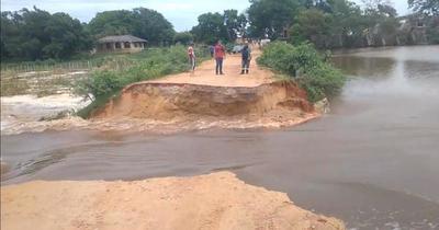Laguna Cerro: se desmorona camino que separaba agua contaminada