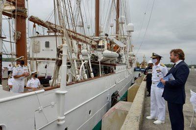 El Juan Sebastián Elcano entra en Guayaquil en medio de salvas de artillería