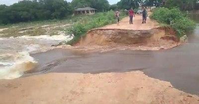 La Nación / Cayó camino que dividía zona sana de aguas contaminadas de Laguna Cerro en Limpio