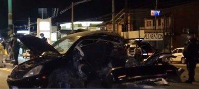 Auto se parte en dos durante accidente fatal