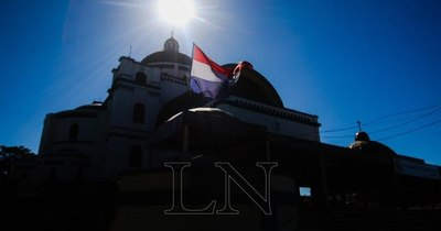 La Nación / Basílica de Caacupé, custodiada por policías y solitarios vendedores ambulantes