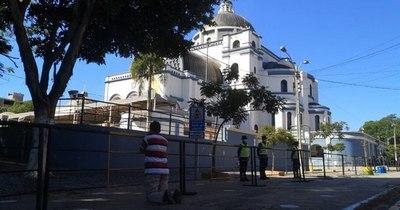 La Nación / La imagen del solitario fiel que logró sortear controles para llegar a Basílica de Caacupé