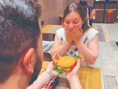 Le pidió matrimonio a su novia en un local de Burger King