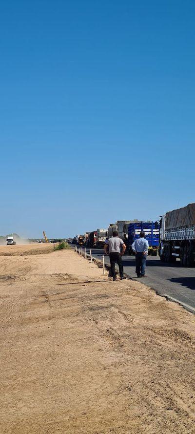"""Sigue bloqueo total de la Transchaco y la Policía permanece """"expectante"""""""