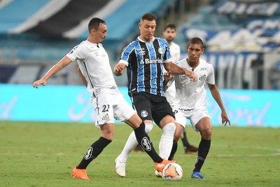 Gremio rescata un agónico empate de local ante Santos