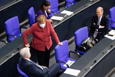 Merkel pide a alemanes permanecer en sus hogares durante Navidad para evitar más contagios