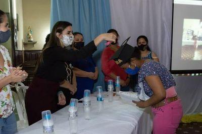 Mujeres privadas de libertad se gradúan de instructoras y profesionales artesanas