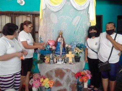 """Crónica / ¡Rezan a una vela donde """"apareció"""" la Virgen!"""