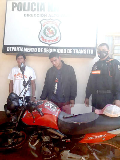 Atrapan a dos sujetos con antecedentes penales que circulaban armados en moto