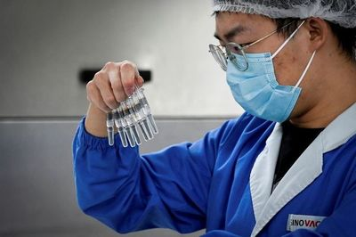 """China despliega una """"diplomacia de la vacuna"""" para hacer olvidar el virus"""