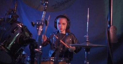 La Nación / Cantante y baterista paraguaya de 8 años lanza videoclip