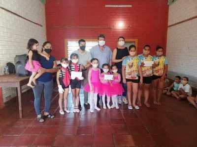 Premian a ganadoras de un concurso de baile y canto en el barrio Chaipé