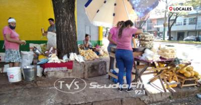 Vendedores ofrecen productos agrícolas sobre la Avda. Caballero